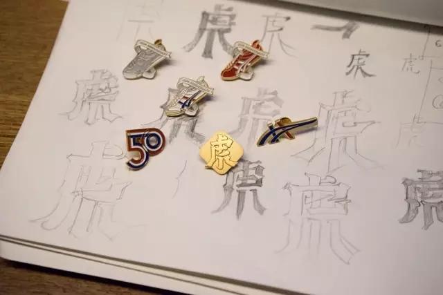 绝对值得你收藏的鬼冢虎50周年庆限量纪念徽章套装